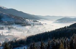 落日的第一个阴影在冬天滑雪胜地喀尔巴汗的 免版税图库摄影