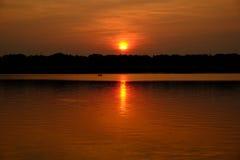 落日的金黄光的皮艇 免版税图库摄影