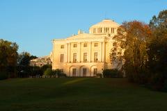 落日的Pavlovsk宫殿在10月微明下 彼得斯堡圣徒 免版税库存图片
