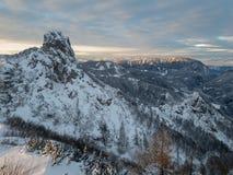落日阐明的壮观的冬天山风景 免版税库存照片