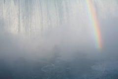 落有薄雾的彩虹 免版税库存图片