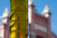 落橄榄油的喷气机,马德里屠宰场的背景大厦  免版税库存照片