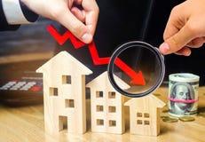 落的不动产市场的概念 减少的兴趣在抵押上 在物产价格和公寓的一种衰落 低 免版税库存图片