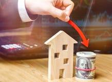 落的不动产市场的概念 减少的兴趣在抵押上 在物产价格和公寓的一种衰落 低 库存照片