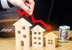 落的不动产市场的概念 减少的兴趣在抵押上 在物产价格和公寓的一种衰落 低 免版税图库摄影