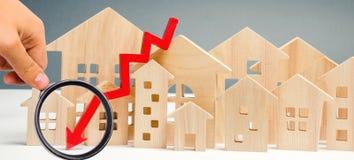 落的不动产市场的概念 减少的兴趣在抵押上 在物产价格和公寓的一种衰落 ? 免版税库存照片