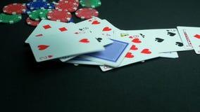 落的使用或啤牌卡片 关闭在黑背景的落的纸牌扑克牌游戏与裁减路线 股票视频