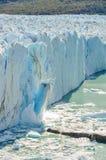 落的冰,佩里托莫雷诺冰川,阿根廷 免版税图库摄影