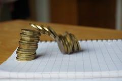 落的堆金钱背景硬币作为财政恶化的标志 免版税库存照片