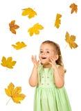 落的女孩愉快的叶子少许 免版税库存照片