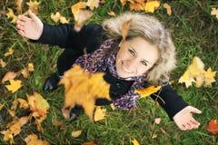 落的女孩愉快的叶子结构树下 库存照片