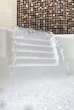 落的极可意浴缸喷气机水 库存图片
