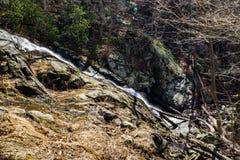 落的水小瀑布-冬天 免版税库存图片