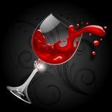 落的透明玻璃用在黑背景的红葡萄酒 免版税库存照片