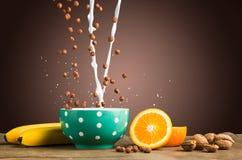 落的muesli和牛奶健康家庭做的早餐  免版税库存照片