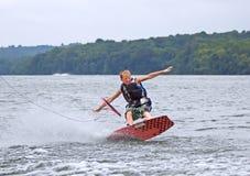 落的wakeboarder年轻人 免版税库存图片