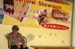 落睡眠在食物和鱼市上的妇女在美丽的tradi 库存照片