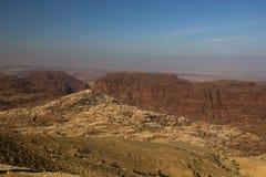 落矶山脉和蓝天的看法在沙漠中间 免版税库存照片