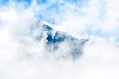 落矶山脉和蓝天,高加索,俄罗斯惊人的风景  库存照片