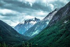 落矶山脉在阿拉斯加不列颠哥伦比亚省边界的自然场面 库存图片