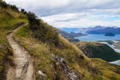 从落矶山脉山顶的看法往瓦纳卡湖,新西兰 免版税库存图片