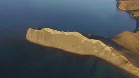 落矶山脉海岸海湾鸟瞰图 射击 美好的横向 在峭壁科孚岛希腊旁边的蓝色清楚的海洋海水 股票视频