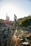 落矶山脉的两个女孩 免版税库存图片