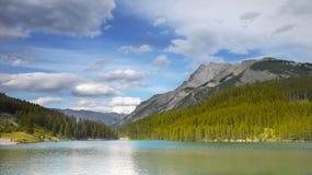 落矶山,湖Minnewanka,加拿大 免版税库存图片
