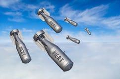 落轰炸从在天空的战斗机战斗机上流,云彩看法和土地放弃的武器指控 免版税库存照片