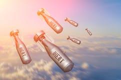 落轰炸从在天空的战斗机战斗机上流,云彩看法和土地放弃的武器指控 库存照片