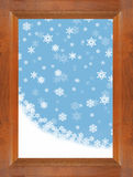 落通过与蓝天的一个棕色木窗口的雪和雪花 库存照片