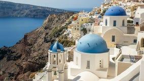 著名三个蓝色教会圆顶在oia,santorini 免版税库存照片