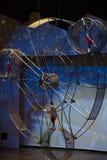 从著名上海马戏的难以置信的杂技演员在行动 免版税库存图片