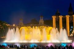 著名不可思议的喷泉光展示夜视图在巴塞罗那 库存照片