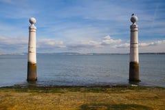 著名专栏码头(Cais das Colunas)在商务正方形, Lisb 免版税库存照片