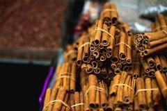 著名东方市场 典型的肉桂条在Istambul,土耳其 免版税库存图片
