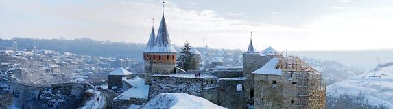 著名中世纪堡垒美好的全景在雪下的 库存照片