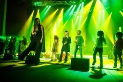 著名乌克兰歌手Jamala跳舞与孩子 免版税库存图片