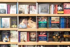 著名书在图书馆架子的待售 免版税库存图片