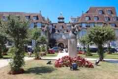 著名五担任主角旅馆和公园前景的- Le诺曼底旅馆 诺曼底的多维尔,卡尔瓦多斯部门 免版税库存图片