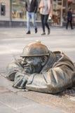 著名人在工作,污水工作者雕塑在布拉索夫斯洛伐克 库存照片