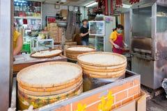 著名传统澳门杏仁饼生产 免版税库存图片