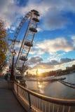 著名伦敦眼和大本钟,在日落时间 库存图片