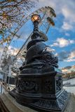 著名伦敦眼和街灯从金属雕刻了 免版税库存照片