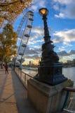 著名伦敦眼和街灯从金属雕刻了 库存照片