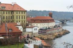 著名作家弗朗茨・卡夫卡的博物馆伏尔塔瓦河河的堤防的, 图库摄影