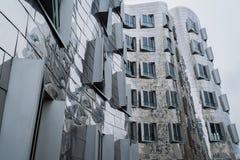 著名修造Gehry-Bauten Neuer Zollhof Nr的DÃ ¼ sseldorf德国镜子 2在Medienhafen 图库摄影