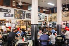著名利奥波德咖啡馆内部在孟买,印度 免版税库存图片