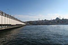 著名加拉塔桥梁、金黄垫铁和Suleymaniye清真寺在伊斯坦布尔,土耳其 库存图片