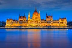 著名匈牙利议会在晚上,布达佩斯,匈牙利,欧洲 免版税库存照片